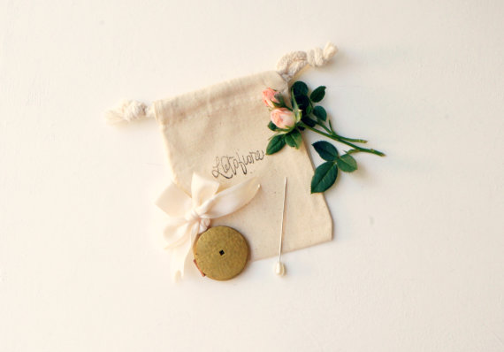 Mariage - Vintage bouquet charm, Wedding bouquet pin, Antique photo frame locket, Bouquet locket charm, Gold bouquet charm, Bridal accessory, Wedding