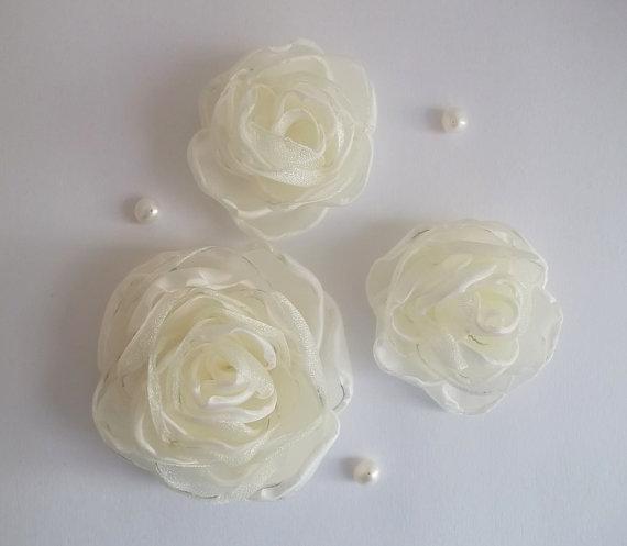 زفاف - Champagne Cream fabric Flowers Roses in handmade, Bridal Hair Shoe clip, Veil fascinator, Dress accessory Brooch, Winter Weddings, Set of 3