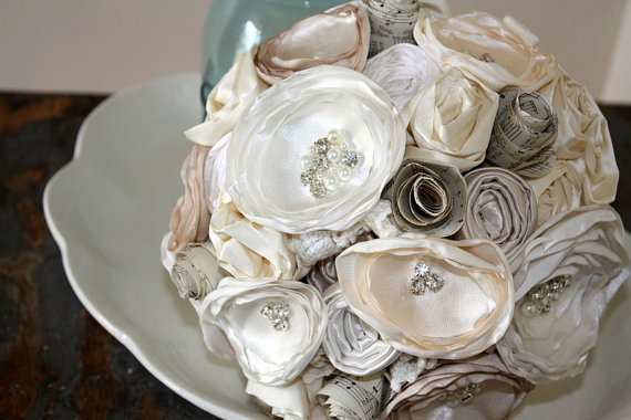 """Свадьба - Sheet music bouquet, 8"""" champagne, cream and ivory fabric flower and vintage sheet music bridal bouquet"""