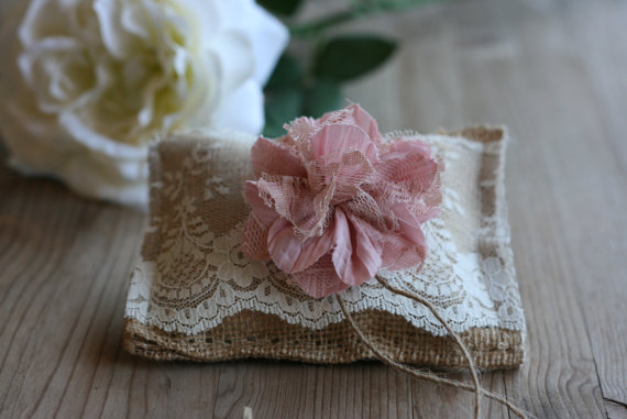 Свадьба - Rustic burlap ring bearer PiLLoW, rustic wedding pillow, small country chic ring pillow, ceremony pillow barn wedding