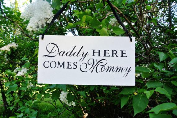 Mariage - Daddy here comes mommy, Here Comes The Bride, Custom colors, personalized colors,  black white, wood, Wedding Sign, fairytale gift shower