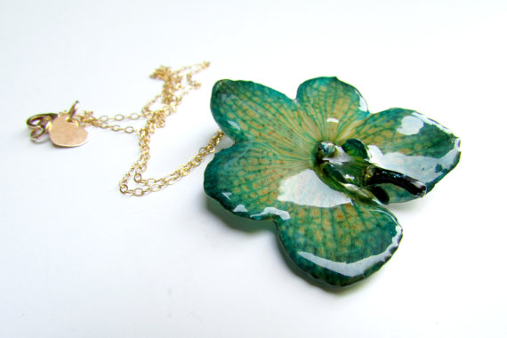 Свадьба - Real Preserved Orchid Necklace, Flower, Miniature, Orchid, Chain, Gold, Emerald Green, Bohemian Jewelry, Boho,  Bridesmaid Gift, Flower Girl