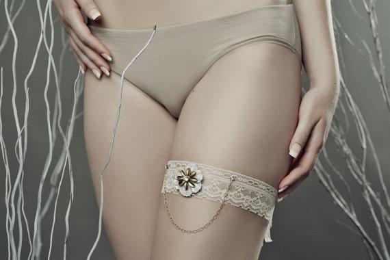 زفاف - Cream and gold bridal garter- ivory and gold garter - gold chain garter - lace wedding garter - lace bridal garter- cream lace bridal garter