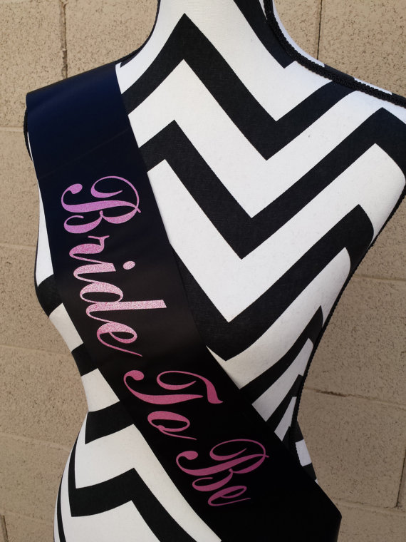 Mariage - Bride To Be Sash . Bachelorette Sash. Bride Sash. Satin Wedding Sash. Engagement Gift . Bride to Be Gift . Bachelorette Party