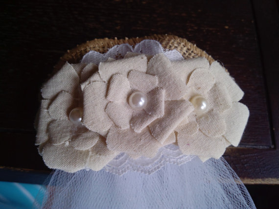Mariage - Bride Burlap flowers veil clip bachellorette and beach wedding  for new  Bride to be , Bride Gift, Bridal Shower and  Bachelorette Gift