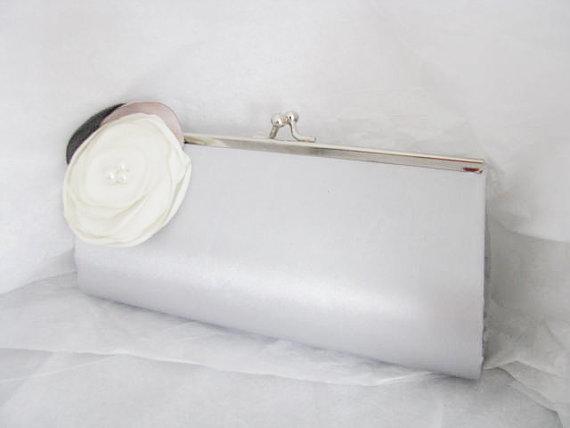 زفاف - Silver Satin Bridal Wedding Bag Clutch Formal Wear with Silk Flower Faux Pearl Flower Bridal wedding clutch evening bag
