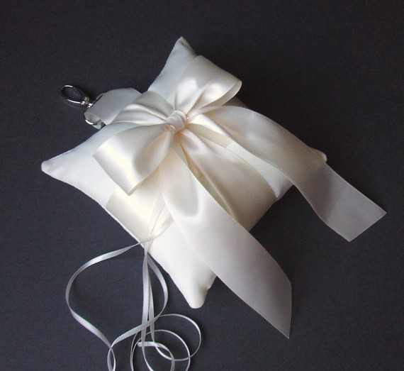 Свадьба - Pet Ring Bearer Pillow...Made in your custom wedding colors...shown in ivory/ivory
