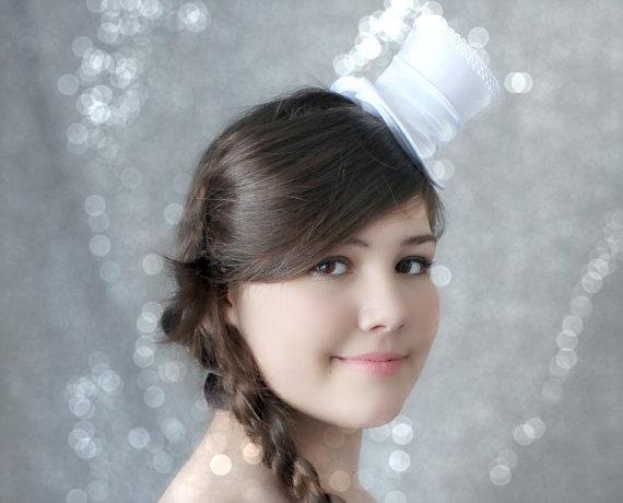 Hochzeit - White Mini Top Hat, Wedding Top Hat, Mini Hats, Tea Party Hat, Mad Hatter Hat, White Top Hat, Women Mini Top Hat, Women Fascinator