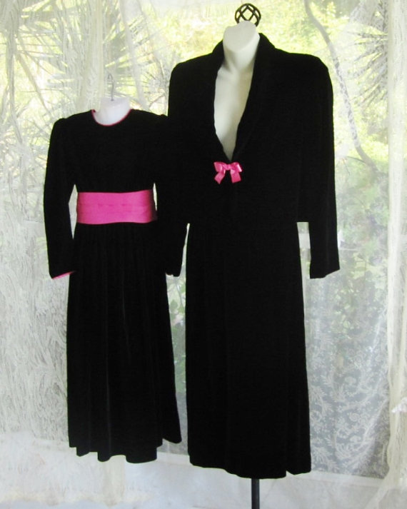 Mariage - Mother and daughter matching black velvet dresse /skirt suit with pink trim and large bow belt