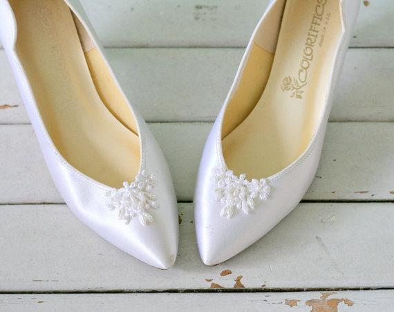 Mariage - Vintage WHITE WEDDING Hollywood High Heels...size 7.5 women...glam. heels. pumps. shoes. wedding. bride. fabric heels. satin heels. pearl.