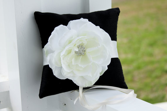Mariage - Black and white Ring Bearer Pillow, wedding pillow, white ring bearer pillow