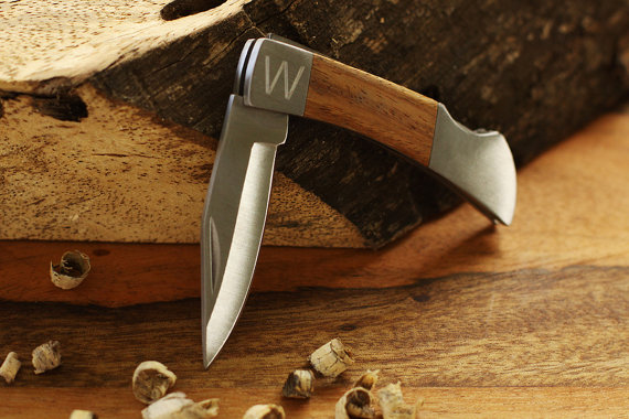 Свадьба - SET OF 13 Groomsmen Personalized Knives  - Engraved Pocket Knife - Custom Engraved Logo Gift - Friends Gifts