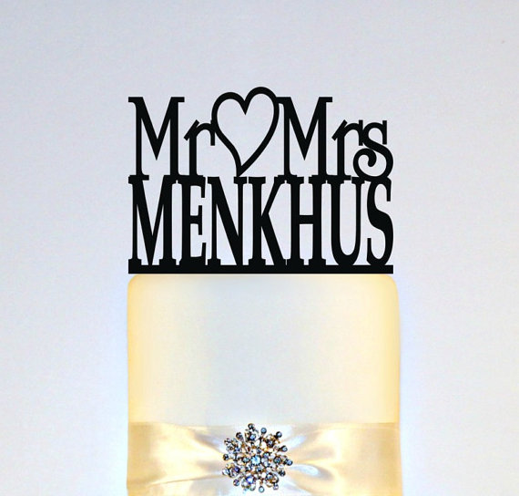 "Свадьба - Wedding Cake Topper Or Sign Monogram  personalized with ""Mr & Mrs"" and YOUR Last Name"