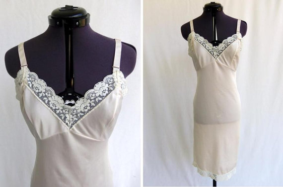 Свадьба - Vintage 60s Full Slip in Beige Tan  Nylon with Lace Trim  Size 32 Lingerie