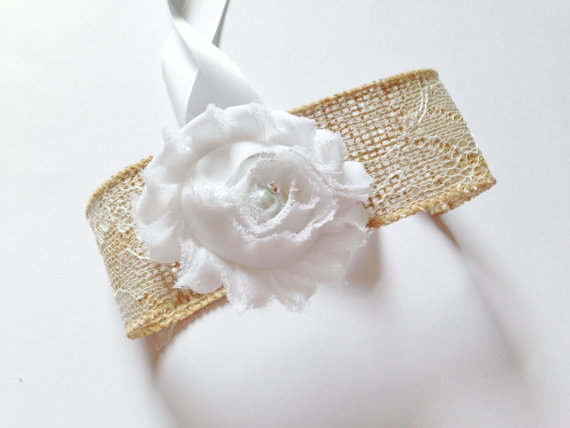 زفاف - DOG FLOWER COLLAR -  White Lace over Burlap and white flower,Pet Wedding,Ties on, Pet Flower, Dog Wedding, Pet Corsage, Dog flower , Dog Bow