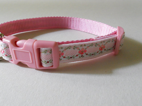 "Свадьба - 5/8"" Pink Floral Girl Dog Collar - Pink Embroidered Flowers on Cotton Webbing,Wedding"