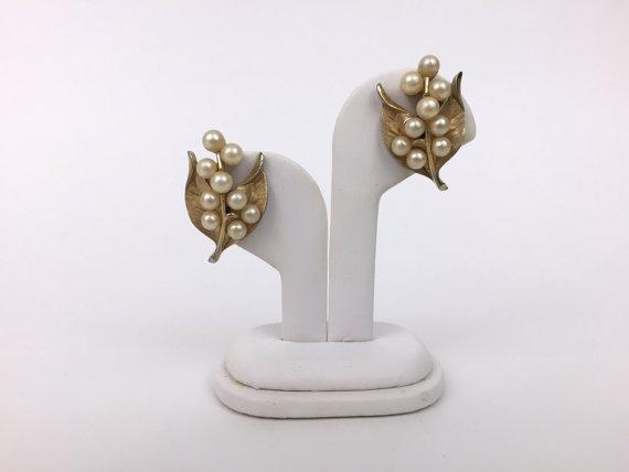 Mariage - Crown Trifari Gold Pearl Earrings - Bridal Pearl Bouquet Clip Ons - Vintage 1960s Clip Earrings Signed Trifari
