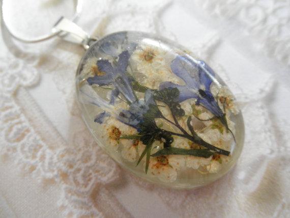 Mariage - Blue Reflection-Blue Lobelia, Ivory Bridal Veil, Sky Blue Forget-Me-Nots Pressed  Flower Resin Pendant-Symbol of True Love, Loyalty,Memories