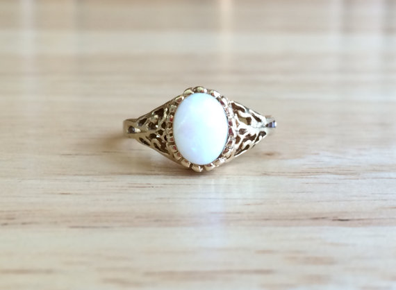 Mariage - Vintage 10kt Yellow Gold Opal Filigree Ring - Size 7 Sizeable Alternative Non Traditional Engagement / Wedding Antique Jewelry