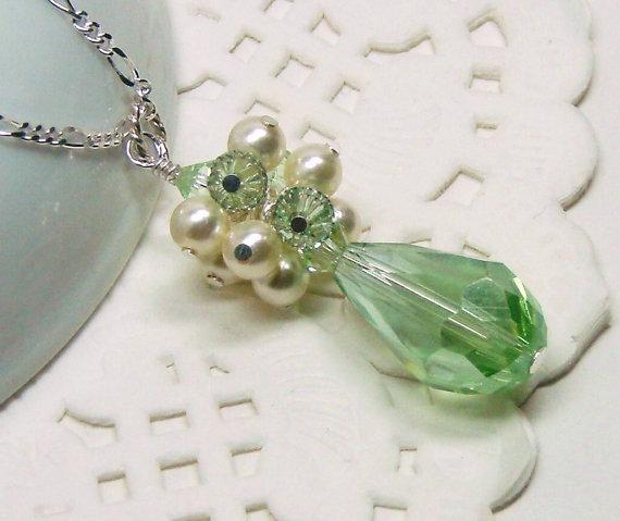 زفاف - Soft green Peridot crystal teardrop with pearl cluster Bridesmaid necklace, Wedding jewelry, Bridesmaid gift