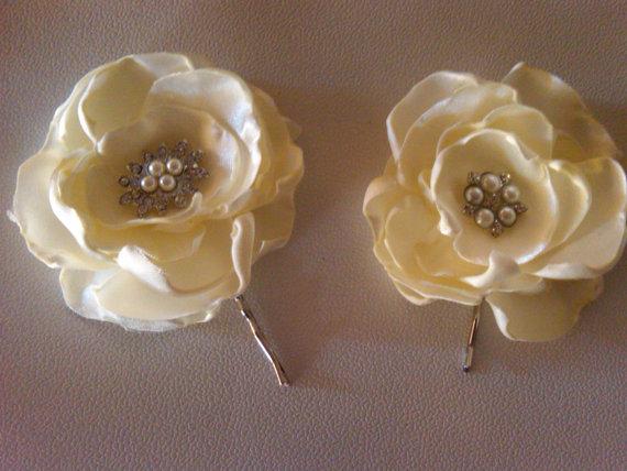Mariage - Bridal  hair clip  2 ivory bridal flowers with pearl and rhinestone embellishment Bridal hairclip Wedding hairclip Wedding hair clip