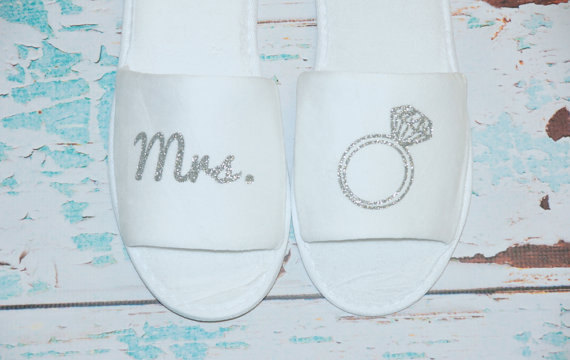 Mariage - Mrs. Bride Slippers Shoes Terry. White Sparkly. Bridal Party. Wedding Gift. Bridal Shower. Getting Ready Outfit