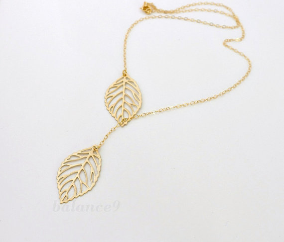 Mariage - Gold Leaf necklace, leaf charm lariat, 14k gold filled chain, delicate everyday jewelry, friendship bridesmaid gift, wedding, by balance9