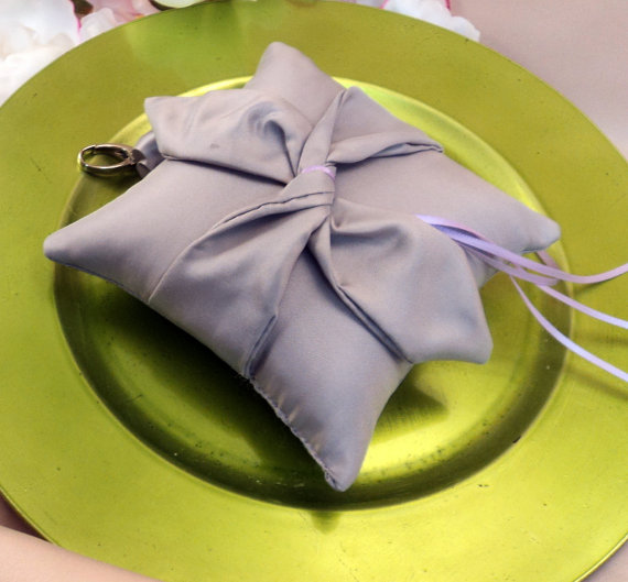 Свадьба - Knottie Style PET Ring Bearer Pillow...Made in your custom wedding colors...shown in all silver gray/lilac ring ties