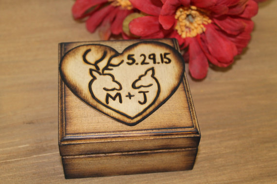 Mariage - Rustic Wedding Ring Bearer Box Keepsake Wood burned Deer Doe Buck Engraved Natural Pillow box for rings