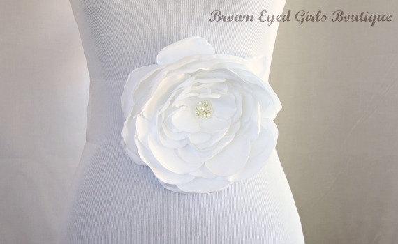 Свадьба - White Satin Flower Bridal Sash, White Bridal Belt, White Wedding Belt