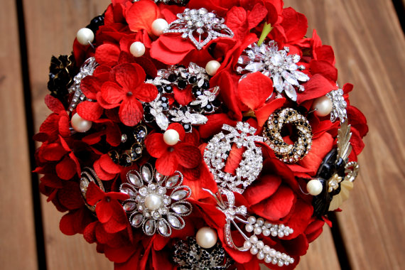 Mariage - Red Brooch Bouquet gothic red black feathers vintage bouquet