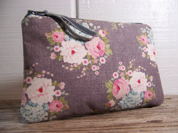 Mariage - Small Clutch in gray fabric with flowers very pretty and  romantic bag , wedding purse . Would be great for a night out or for cosmetics.