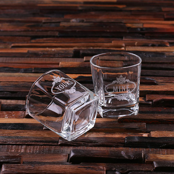 Свадьба - Personalized Whiskey Scotch Glass Set Gift for Men, Groomsmen, Father's and Dad (024641)