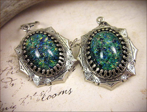 Свадьба - Teal Green Renaissance Earrings, Antiqued Silver Jewel Earrings, Tudor Earrings, Renaissance Wedding, SCA Jewelry, Medieval, Ready to Ship