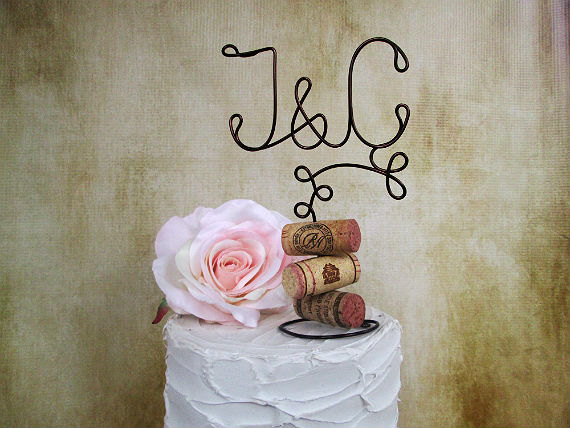 Mariage - Vineyard Vintage Wedding Cake Topper with Your Initials and Corks Base - for the Wine Lovers - Vineyard Wedding, Rustic Wedding