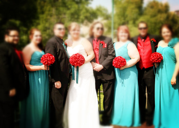 Свадьба - 13pc wedding bridal party flower-Apple red Teal ribbon set(bouquet,boutonniere,corsage)