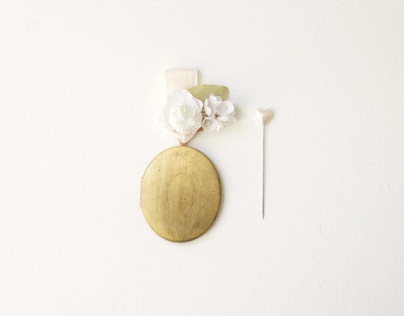 Свадьба - Vintage locket boutonniere, Wedding buttonhole, Antique photo frame locket, Boutonniere, Gold boutonniere, Wedding accessory, Groom Pin