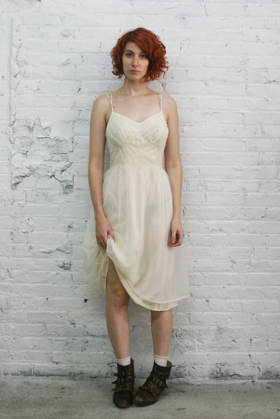 Свадьба - vintage lingerie / 50s lingerie / 1950s cream slip / 50s ivory nightie with embroidered bow