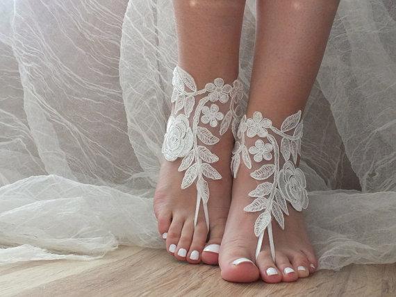 Mariage - Free Ship ivory lace sandals, bridal anklet, ivory Beach wedding barefoot sandals, bangle, wedding anklet,  anklet, bridal, wedding