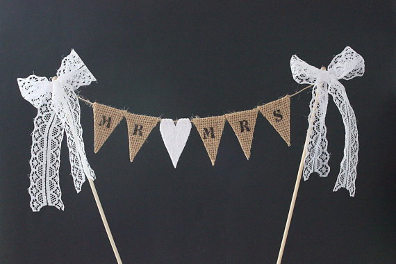 Hochzeit - Wedding cake topper - Mr & Mrs cake topper, cake bunting, burlap / hessian flags with white lace heart, vintage, traditional, rustic wedding