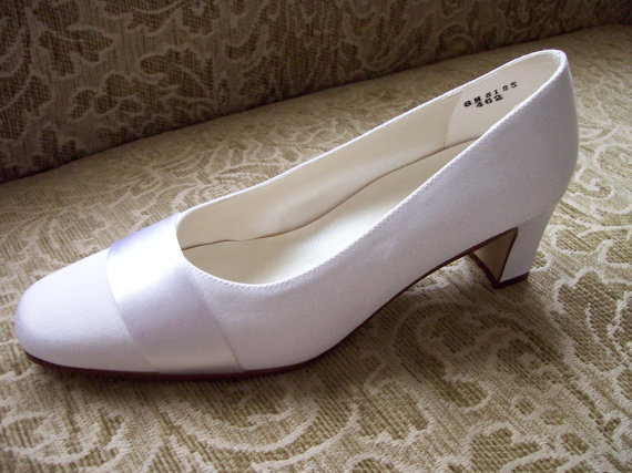 Mariage - Bridal Crepe low heel pumps with satin sash, perfect mother grandmother outdoor wedding shoe  Garden heel Formal pump  Evening Prom