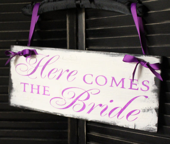 Mariage - Here Comes the BRIDE Sign/Photo Prop/U Choose Colors/Great Shower Gift/Vintage Crackle Style