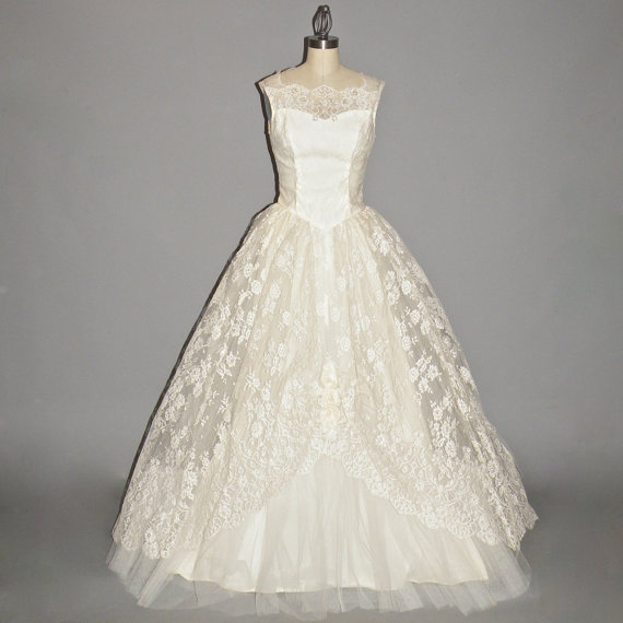 Vintage 50s Wedding Dress Ivory White Chantilly Lace Wedding Gown With Rosette Accents XS