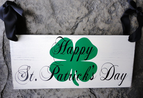 Mariage - Just Married with Happy St. Patricks Day on the back side.  Wedding Sign, Reception, Photo Props, Parties and Home Decor. Vintage, 2-sided.