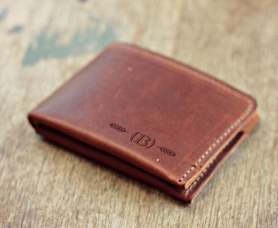 Свадьба - Personalized Fine Leather Wallet Men's Minimal Bifold Wallet Groomsmen Gifts Gift Groomsmen Gift Groom distressed vintage
