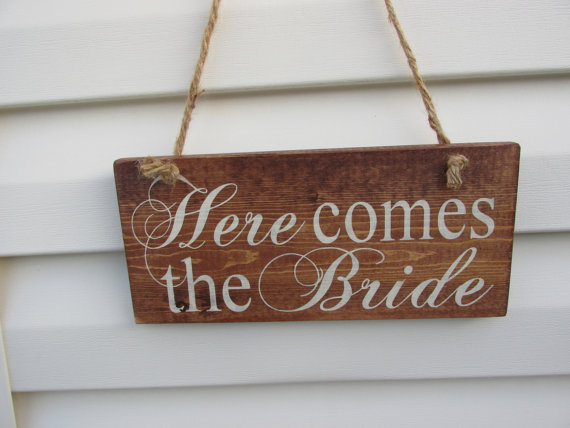 "Mariage - WEDDING SIGN BRIDE Ring bearer Spring Summer,""Here comes the bride""Sign.Twine,Country wedding,Custom,Unique,love of your life,Wedding decor"