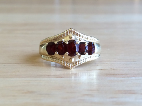 Свадьба - Vintage 10kt Yellow Gold Red Garnet Stone Ring - Size 7 1/2 Sizeable Bohemian Alternative Non Traditional Engagement / Wedding Ring
