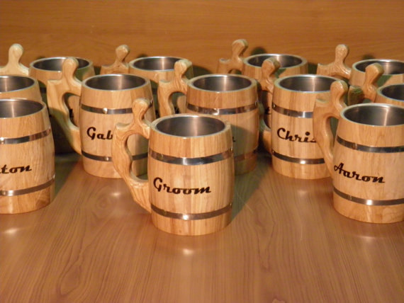 Hochzeit - 9 Personalized Wooden Beer mug , 0,8 l (27oz) , natural wood, stainless steel inside,groomsmen gift