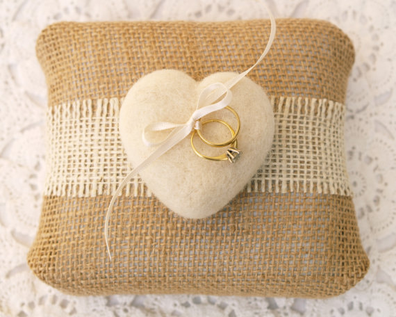Свадьба - White Felted Heart Ring Pillow , Wedding Bride, Rustic, Country Theme