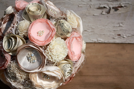 "Свадьба - Fabric flower bouquet, pale peach wedding bouquet, 5"" blush peach and champagne fabric flower and vintage sheet music bouquet"